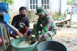 Prajurit TMMD bantu warga giling padi