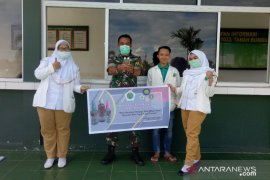 """STIKES Darul Azhar bagikan """"hand sanitizer"""" gratis ke masyarakat."""