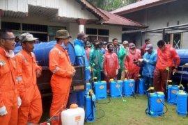 Pemdes Padang Tikar satu bersama masyarakat lakukan penyemprotan disinfektanan