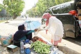 Istri Plt Gubernur Aceh bagi paket sembako untuk masyarakat terdampak