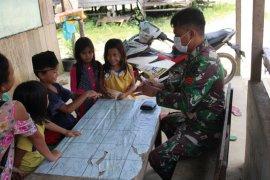 Personel Satgas TMMD ajari anak-anak bersihkan tangan