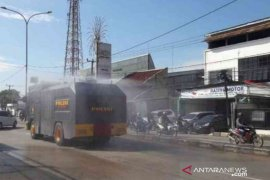 Jalan protokol Bekasi sepanjang 62 kilometer disemprot disinfektan
