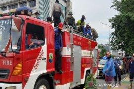 Jalanan serta fasilitas umum Kotabaru disemprot disinfektan