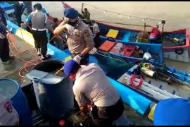 Kapal nelayan di Krueng Aceh disemprot disinfektan