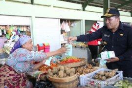 Bupati Sampang bagikan masker ke pedagang pasar tradisional