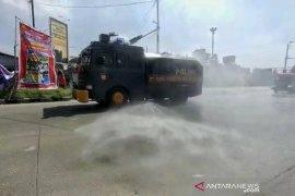 Polrestabes Bandung semprotkan disinfektan di 30 lokasi rawan