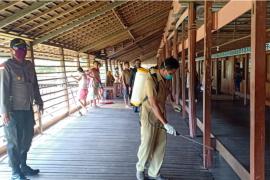 Polsek Putussibau Selatan semprotkan disinfektan di rumah betang