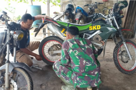 Anggota Satgas TMMD servis sepeda motor sebelum ke lokasi