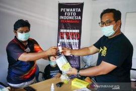 Lindungi pewarta foto Dari Covid-19, PFI Pekanbaru Bagikan Masker dan Hand Sanitizer