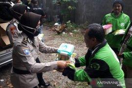 Polisi berbagi sembako sembari edukasi masyarakat tetap di rumah