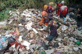 Tim SAR cari anak hanyut di parit di Kota Bandung