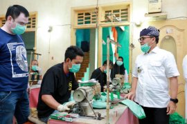 Pemkab Banyuwangi gandeng UMKM konveksi produksi APD tenaga medis