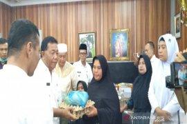 Pembatasan aktivitas, Pemkab Madina beri bantuan sembako kepada masyarakat