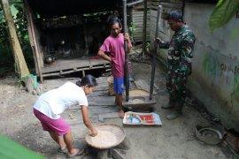 Koptu Suroto bantu warga numbuk padi