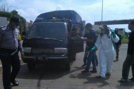 Truk sampah disemprot disinfektan di TPA Burangkeng cegah COVID-19