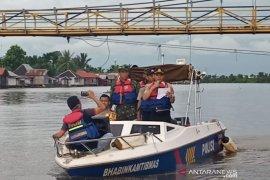 Polisi susur sungai ingatkan warga patuhi Maklumat Kapolri