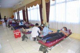 Amankan stok darah PMI, ratusan anggota Polresta Cirebon donor darah