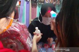 "Kader PDIP Garut bagikan ""hand sanitizer"" di Wanaraja daerah terpapar COVID-19"