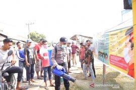 Polisi dan warga di Langkahan bangun posko dan semprot disinfektan