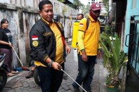 Legislator Golkar bagikan alat semprot disinfektan ke warga Kota Surabaya
