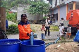 Pemkot Ambon salurkan bantuan air bersih ke warga