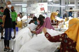 Ganjar Pranowo borong 10.000 produk APD dari perusahaan garmen di Semarang