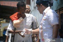 """Cegah COVID-19, HIPMI bagikan  """"hand soap kepada jamaah Shalat Jumat"""