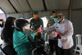Gugus Tugas COVID-19 Paser semprot disinfektan kendaraan melintas