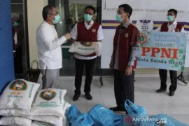Ketua DPRK dan PPNI Banda Aceh serahkan bantuan untuk tenaga medis