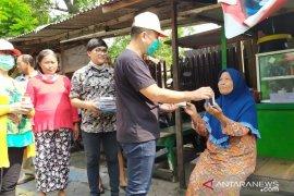 """Ubaya bagikan ratusan """"hand sanitizer"""" dan masker ke warga Surabaya"""