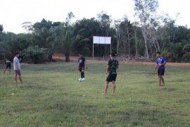 Jaga stamina, prajurit TMMD menyempatkan diri bermain sepak bola