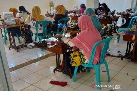 BLK Tanah Bumbu produksi masker dibagikan secara gratis
