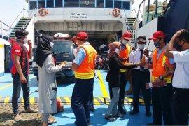 "Simpatisan PDIP Situbondo bagikan minuman ""empon-empon"" kepada penumpang kapal"