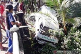 Tiga paramedis COVID-19 luka-luka saat ambulans kecelakaan dan nyaris masuk sungai