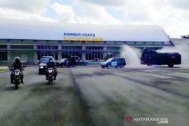 TNI/Polri dan petugas kesehatan semprot disinfektan di Bandara Nagan Raya