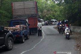 Truk tangki terperosot ke jurang gunung Kulu, Aceh Besar