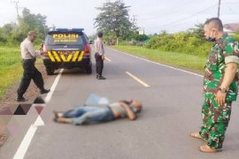 Seorang warga ditemukan tewas bersimbah darah di pinggir jalan