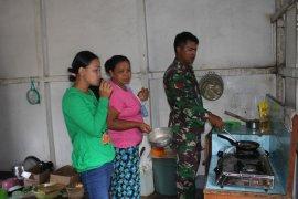 Praka Yamin belajar memasak dengan warga