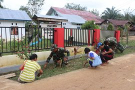 Peduli pendidikan, personel TMMD bersihkan lingkungan PAUD