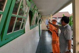 Ratusan SMP di Surabaya disemprot disinfektan