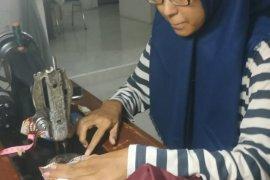 Ibu rumah tangga produksi masker di Banda Aceh