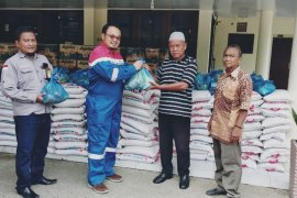 Imbas corona, Pertamina Rantau bantu warga miskin 1.000 paket sembako