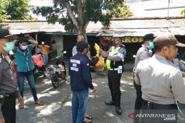 Polisi di Bangka Barat bagikan masker cegah penularan virus COVID-19