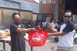 LPD Panjer Denpasar serahkan sembako untuk warga adat terdampak COVID-19