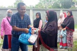 ISMI Aceh Barat bagikan sembako untuk warga miskin terdampak pandemi corona