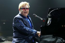 Elton John sumbang 1 juta dolar untuk  darurat corona