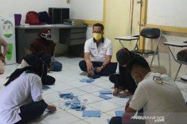 Penyandang disabilitas binaan PLN turut produksi masker