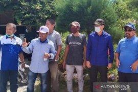 Ketua DPRD Penajam semprotkan disinfektan lingkungan warga saat reses