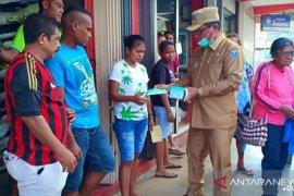 Pemkab Kepulauan Tanimbar semprot disinfektan dan bagikan masker