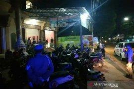 Polisi bubarkan pengunjung rumah makan